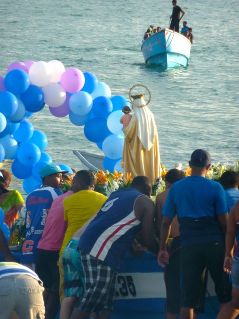 The statue is loaded onto the boat.