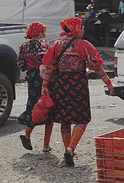 Kuna women at the Abastos wholesale fruit and vegetable market.